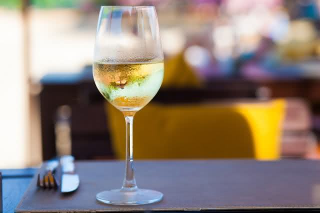 Cuidado! Vinho branco pode causar câncer de pele