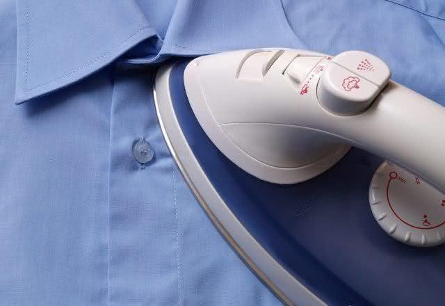 Difícil passar colarinho e punhos das roupas? Aprenda 4 passos para resolver isso