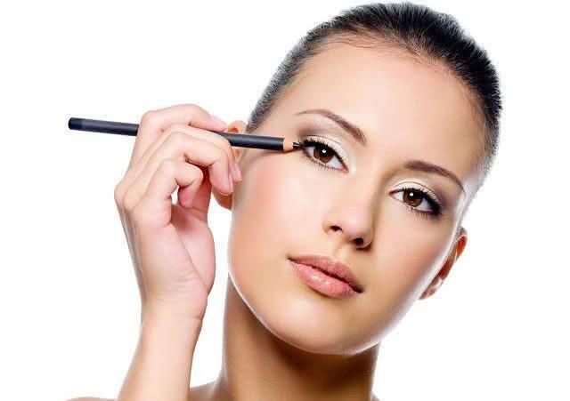 Lápis de olho pode inflamar os olhos? Saiba o que diz uma dermatologista