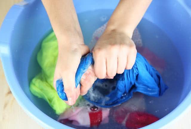 Lavar roupa à mão? Otimize seu tempo e tarefa seguindo 4 passos