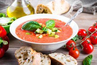Não sabe o que fazer com o tomate? Que tal fazer um delicioso gaspacho