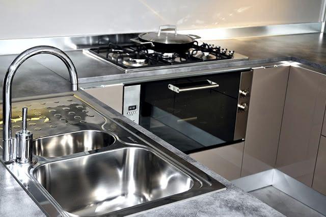 A pia da cozinha pode ficar brilhando se higienizá-la corretamente