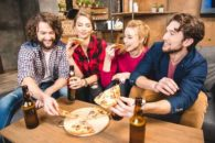 Por que bate a fome depois que se bebe álcool? Descubra