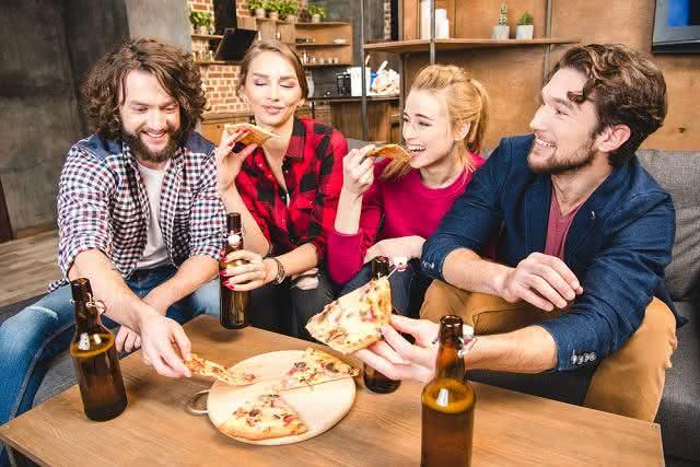 Por que bate uma fome depois que se bebe álcool? Descubra
