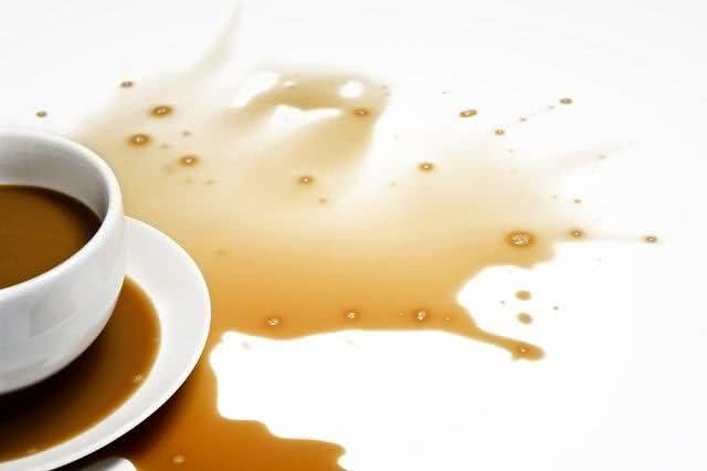 Derrubou café na cama? Aprender macete para limpar sem 'dor de cabeça'