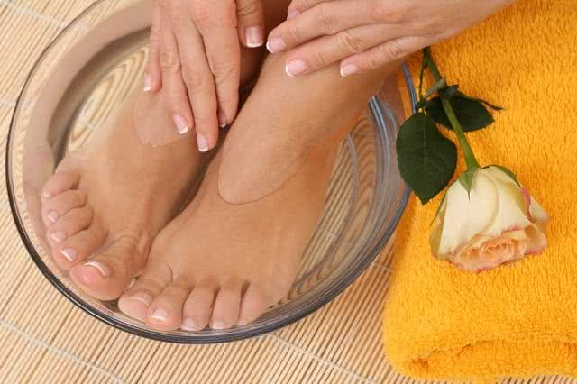 Descubra os benefícios de mergulhar os seus pés em vinagre de maçã