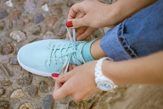 Deu nó no cadarço do tênis ou sapato? Te ensinamos como solucionar isso