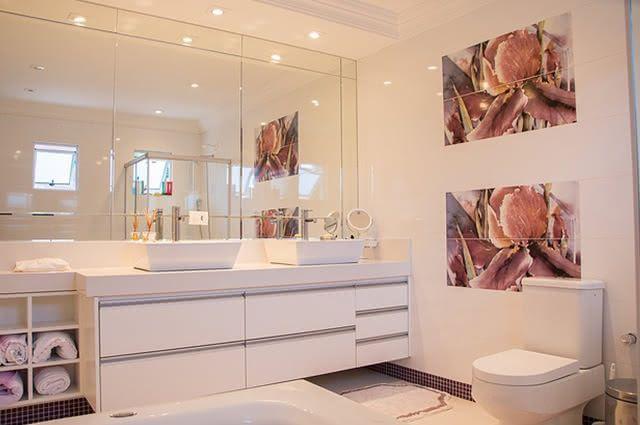 Sabão de pedra consegue desembaçar espelho de banheiro