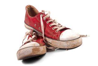 Misturinha prática para limpar o seu tênis encardido