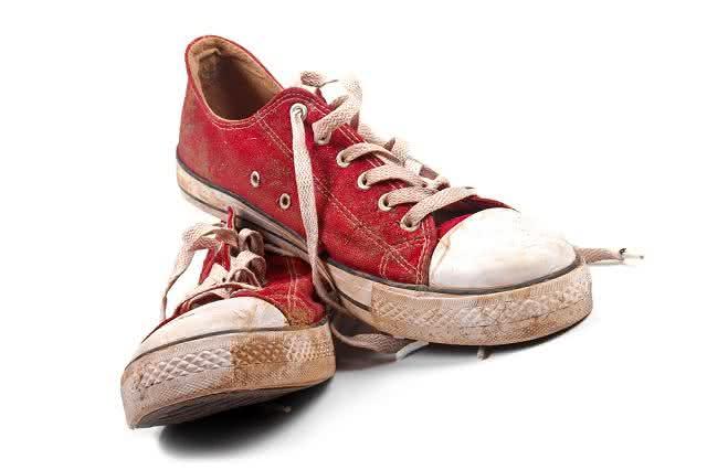 Essa é a misturinha que você precisava para limpar o seu tênis encardido