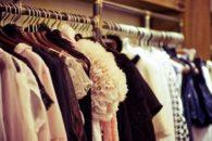 Macete caseiro evita que roupas de malha e seda caiam do cabide. Aprenda