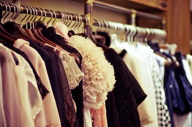 Macete caseiro evita que roupas malhas e seda caiam do cabide. Aprenda