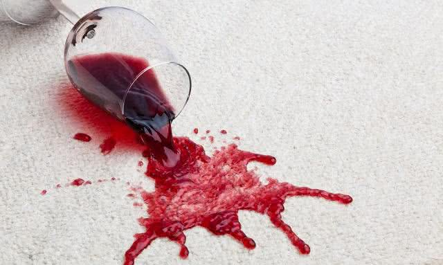 Técnica surpreendente! Use vinho branco para retirar manchas de vinho tinto