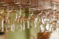 Macete caseiro para deixar os copos da sua cozinha brilhando como novos