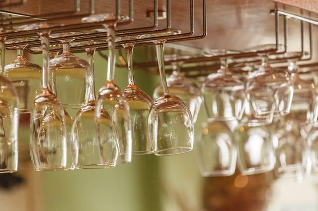 Seguindo três etapas é possível conseguir copos limpos e brilhantes