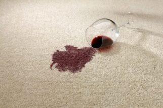 Derrubou vinho tinto no carpete? Remova a mancha com técnica caseira