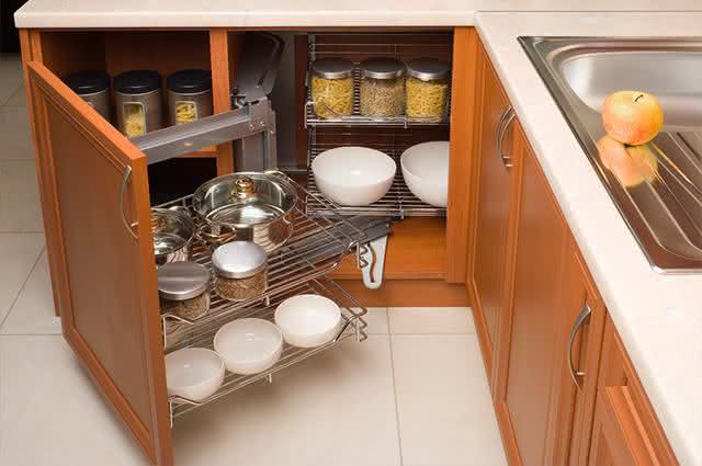 O jeito que você arruma o armário da cozinha pode estar errado. Esse aqui é o jeito certo