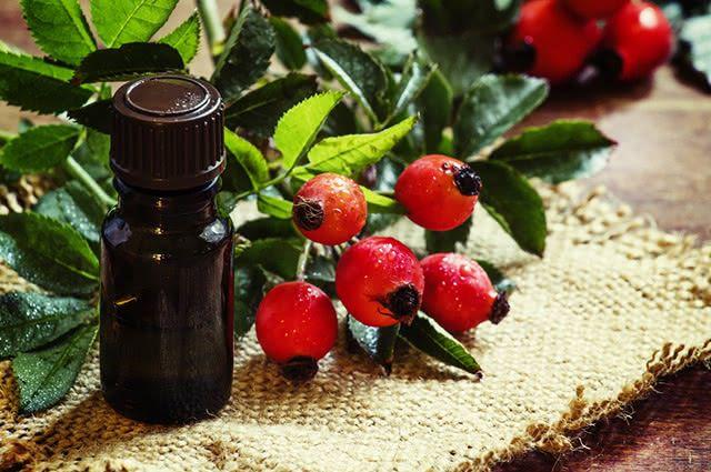 O óleo de rosa mosqueta ajuda a corrigir os problemas cutâneos devidos ao excesso de Sol