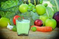 Detox: aprenda 3 formas de fazer suco de couve com limão para perder peso