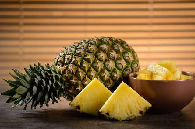 Não sabe como escolher abacaxi na hora da compra? Então aprenda já