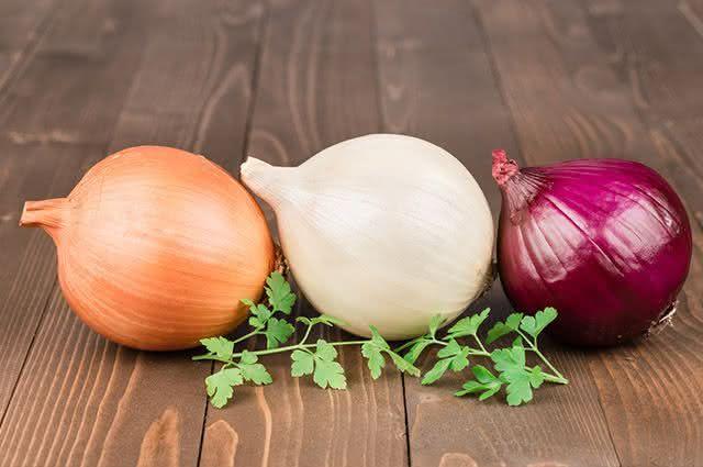 Tem dificuldade em escolher cebola na hora da compra? Aprenda a forma correta