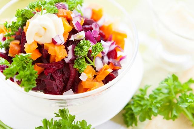 Tigela com salada de cebola roxa