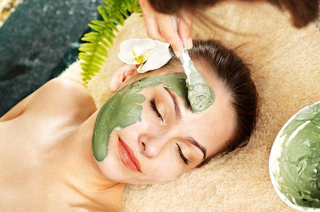 Conheça a poderosa máscara natural que trata acne e elimina manchas