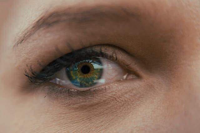 Seus olhos lacrimejam sem parar? Vejam aqui o que é e como parar isso