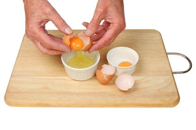Use a clara de ovo para tratar da pressão alta
