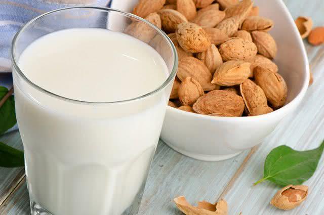Aprenda a fazer leite de amendoas