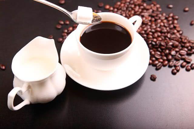 Conheça os alimentos que deixam os dentes amarelados - Café