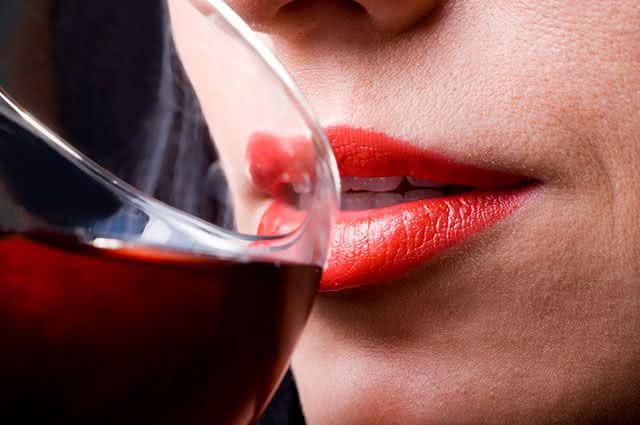 Conheça os alimentos que deixam os dentes amarelados - Vinho Tinto