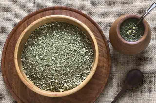 O chá mate deve ser evitado por quem tem azia, refluxo e gastrite pois pode acentuar esses sintomas