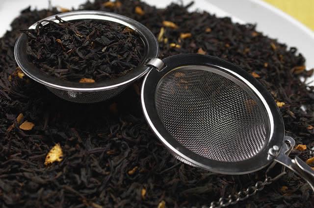 O chá preto aumenta as chances de quem tem problemas gástricos ter azia e refluxo
