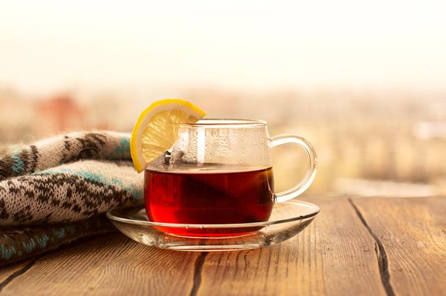 O chá preto com limão é uma das opções de chás refrescantes