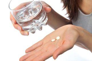 Como devo ingerir um comprimido, com água ou com comida?