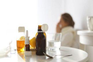 Tomar água com remédio líquido corta o efeito do medicamento?