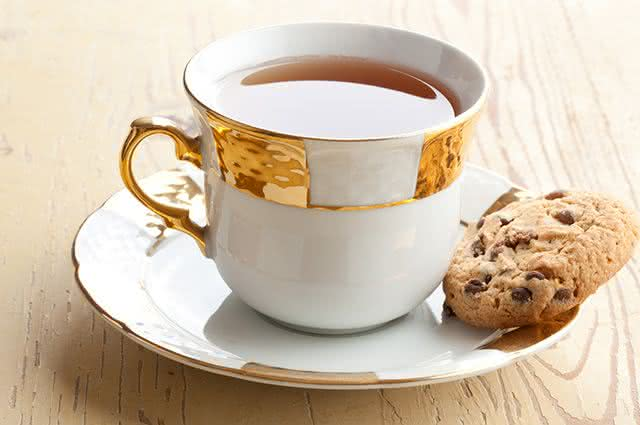 Tomar chá comendo algo ao mesmo tempo elimina os benefícios da erva?