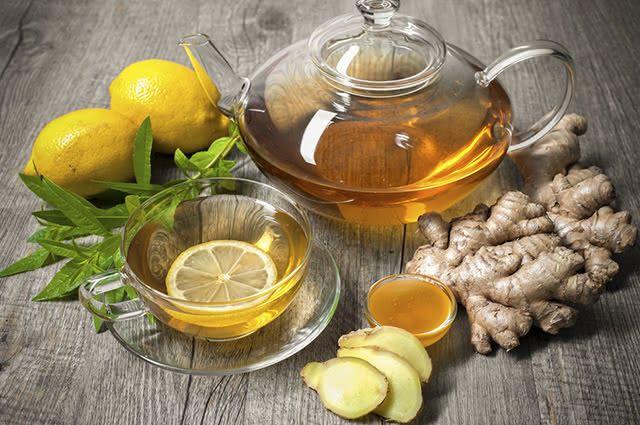 O chá de gengibre com limão é um remédio natural para congestão nasal