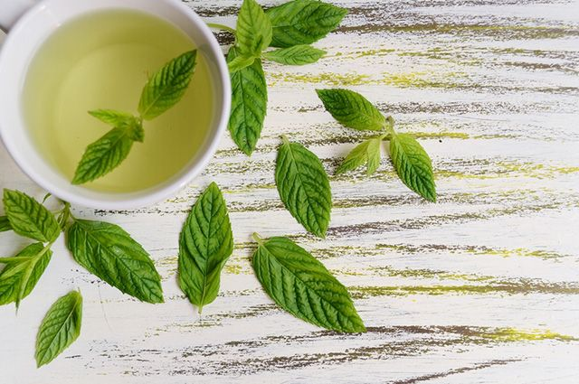 O chá da hortelã-pimenta é um exemplo de remédio caseiro para micose na unha