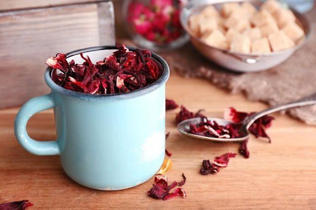O chá de hibisco é diurético, por isso ajuda a eliminar a retenção de líquidos