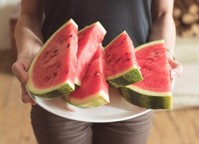 Comer melancia à noite não faz mal, mas tem uma desvantagem
