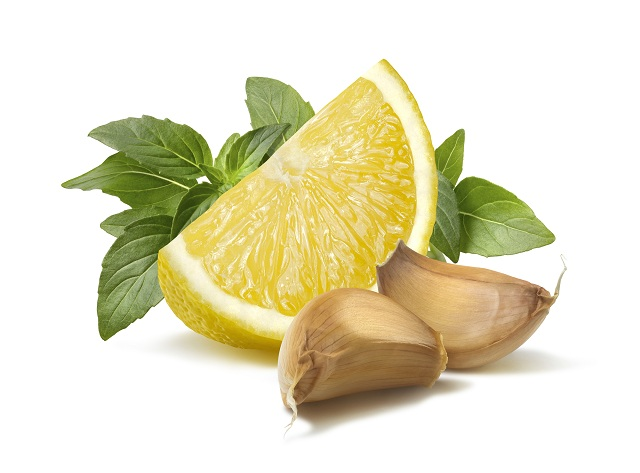 Pedaço de limão com dois dentes de alho