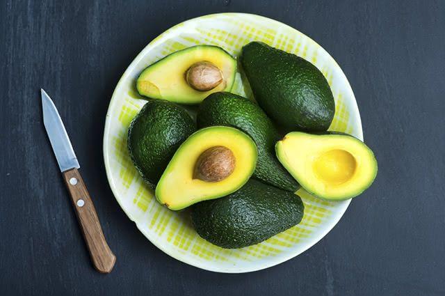 O abacate é um alimento rico em calorias e por isso pode favorecer o ganho de peso