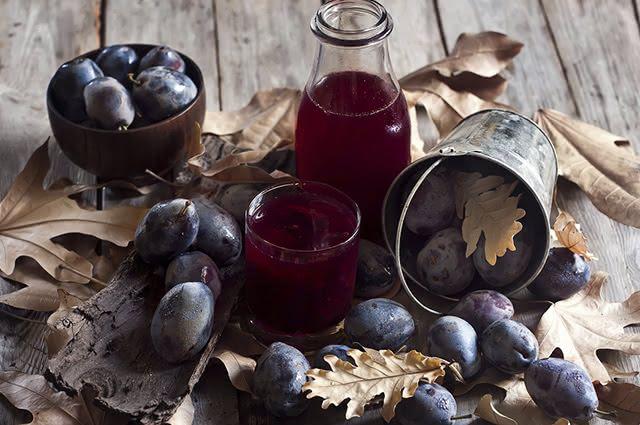 O chá de ameixa pode ser preparado de duas formas, com as folhas ou com o fruto