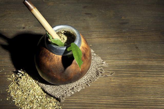 O mate é uma erva que contém alto índice de cafeína e pode desencadear reações no corpo