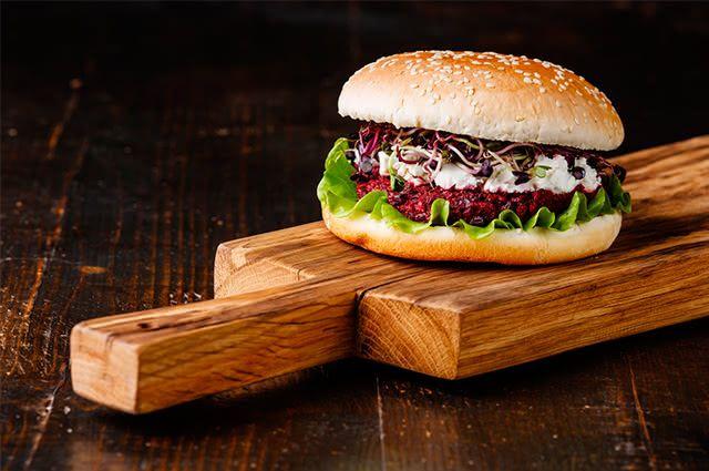 De dieta? Então invista numa deliciosa receita de hambúrguer vegetal