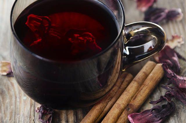 O chá de hibisco com canela tem ação anti-inflamatória e acelera o metabolismo