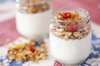 Iogurte com granola engorda ou emagrece? Descubra os benefícios
