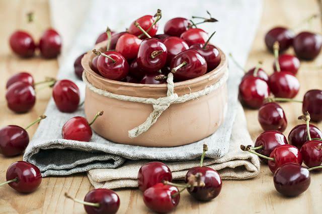 Além do suco de cereja, alguns outros alimentos naturais podem ajudar a combater a insônia